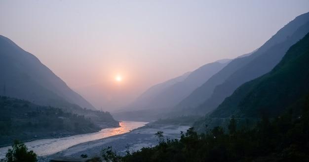 Zmierzch nad rzeką indus i warstwami karakoram pasmo górskie, pakistan. Premium Zdjęcia