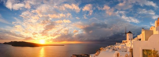 Zmierzch W Oia Wiosce Na Santorini Wyspie, Grecja Premium Zdjęcia