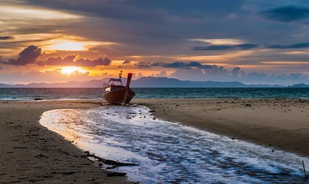 Zmierzchu Czas Przy Plażą Z Mrocznym Lanscape. Premium Zdjęcia