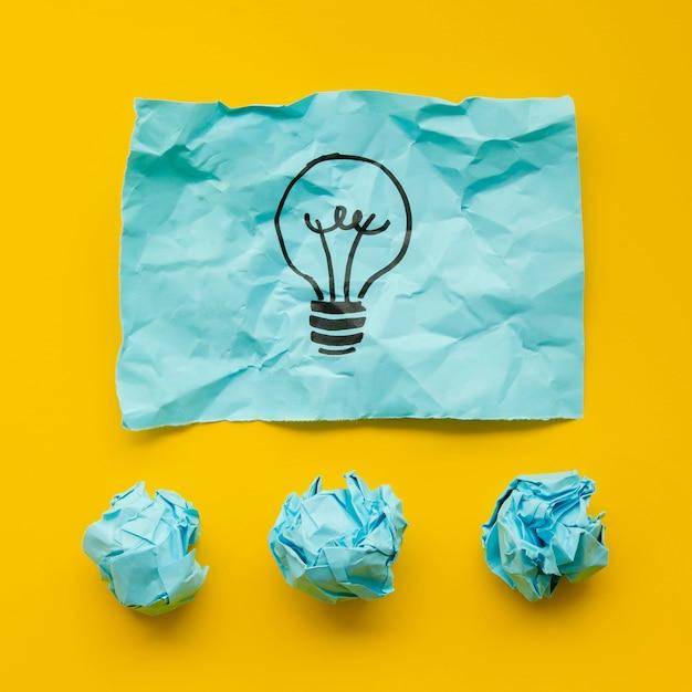 Zmięty niebieski papier z żarówką w znaczniku Darmowe Zdjęcia