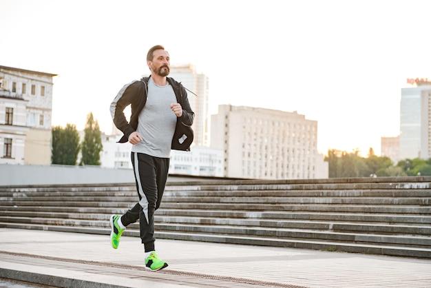 Zmotywowany Sportowiec Biegający Na świeżym Powietrzu Premium Zdjęcia