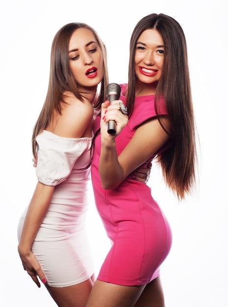 Zmysłowe Dziewczyny śpiewają Z Mikrofonem Premium Zdjęcia