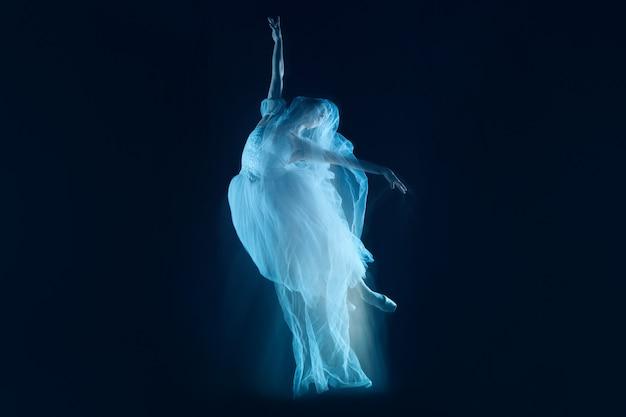 Zmysłowy I Emocjonalny Taniec Pięknej Baletnicy Przez Zasłonę Darmowe Zdjęcia
