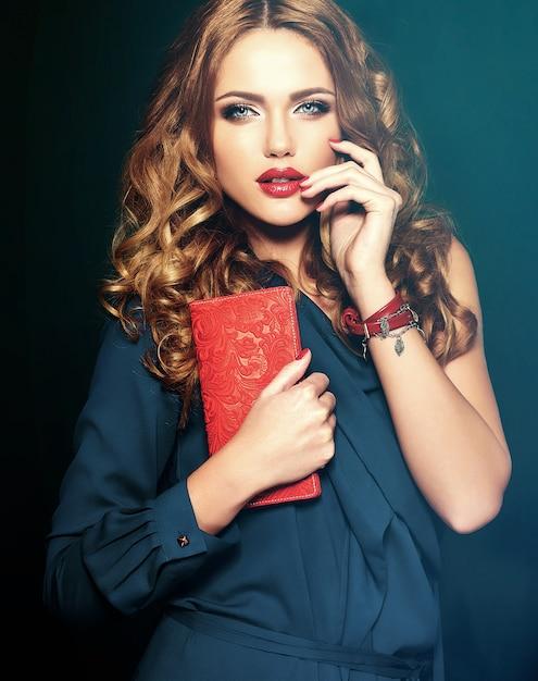 Zmysłowy Portret Glamour Modelki Pięknej Kobiety Z Codziennym Makijażem Z Czerwonym Kolorem Ust I Czystą Zdrową Skórą Darmowe Zdjęcia