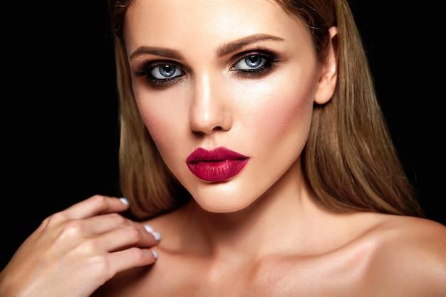 Zmysłowy Portret Glamour Pięknej Blond Kobiety Modelki Ze świeżym, Codziennym Makijażem O Kolorze Nagich Ust I Czystej Zdrowej Skórze Darmowe Zdjęcia