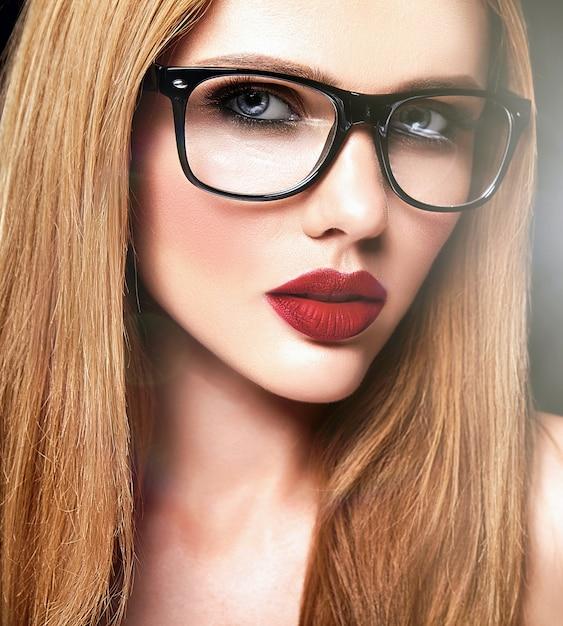 Zmysłowy Portret Glamour Pięknej Blond Modelki Z Codziennym Makijażem O Fioletowym Kolorze Ust I Czystej Zdrowej Skórze W Okularach Darmowe Zdjęcia