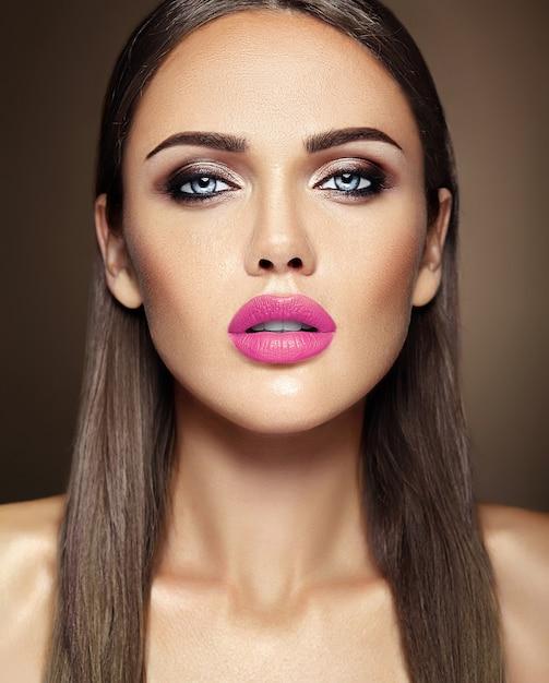 Zmysłowy Portret Glamour Pięknej Kobiety Modelki Z Codziennym Makijażem Z Różowymi Ustami I Czystą, Zdrową Twarz Darmowe Zdjęcia