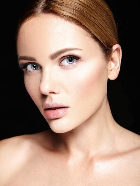 Zmysłowy Portret Glamour Pięknej Modelki Bez Makijażu I Czystej Zdrowej Skóry Na Czarno Darmowe Zdjęcia