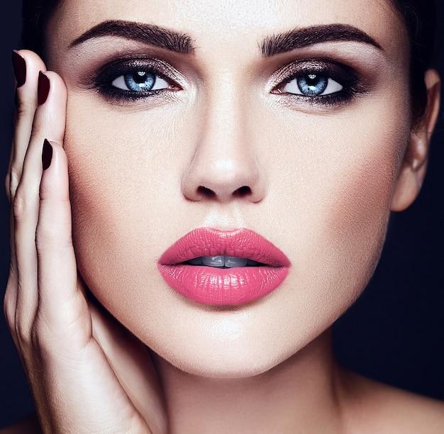 Zmysłowy Seksowny Portret Pięknej Kobiety Modelki Z Różowymi Ustami I Czystą, Zdrową Skórę Twarzy Darmowe Zdjęcia