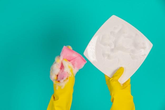 Zmywarka w żółtych rękawiczkach na niebiesko. Darmowe Zdjęcia