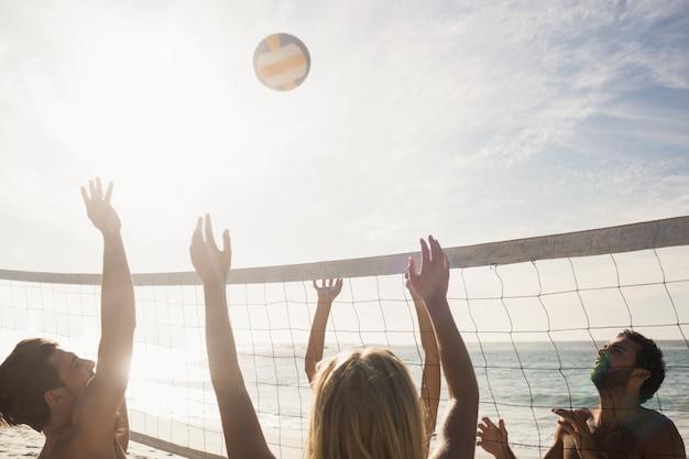 Znajomi Grający W Siatkówkę Plażową Premium Zdjęcia