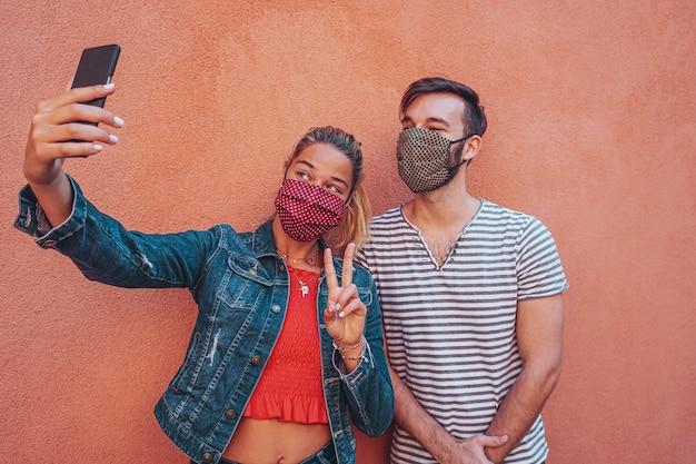 Znajomi Robią Sobie Selfie Z Maską Na Twarz W Czasie Koronawirusa Dla Ochrony Premium Zdjęcia
