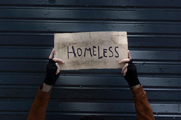 Znak Bezdomny Trzymany Przez żebraka Darmowe Zdjęcia