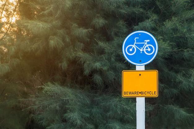 Znak Drogowy Dla Używanych Rowerów Na Bocznej Drodze, Premium Zdjęcia