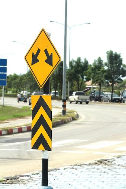 Znak drogowy pokazuje dwie strzałki Premium Zdjęcia