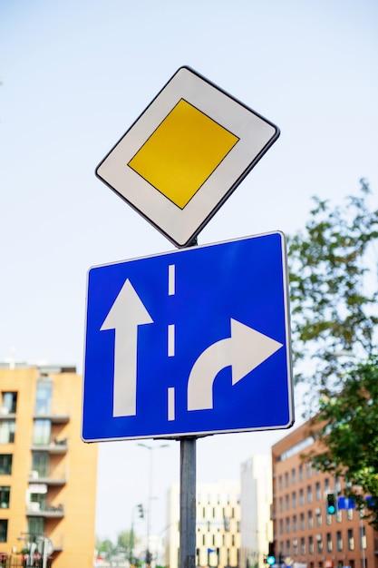 Znak Drogowy Priorytet Na Ulicy Miasta Premium Zdjęcia