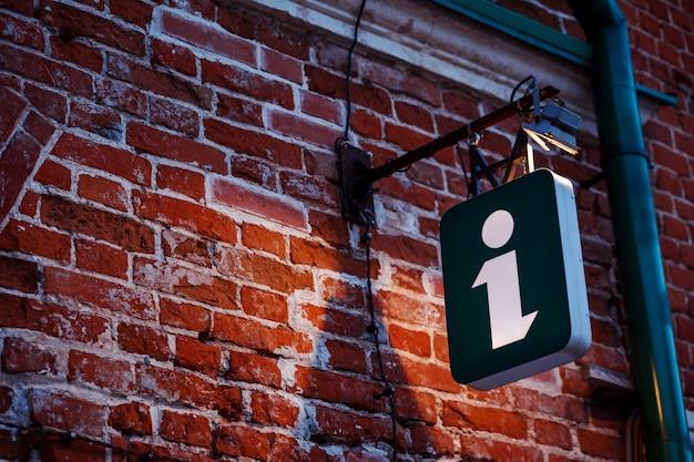 Znak Informacyjny, świetlna Kostka Na Starożytnym Budynku. Znak Turystyczny, Symbol. Premium Zdjęcia