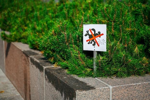 Znak, Który Oznacza, że Zakazane Psy Oddają Mocz W Okolicy Premium Zdjęcia