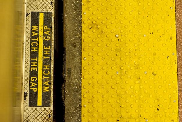 Znak ostrzegawczy metra zbliżenie Darmowe Zdjęcia