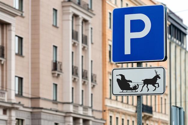 Znak parkingowy dla reniferów i sań świętego mikołaja Premium Zdjęcia