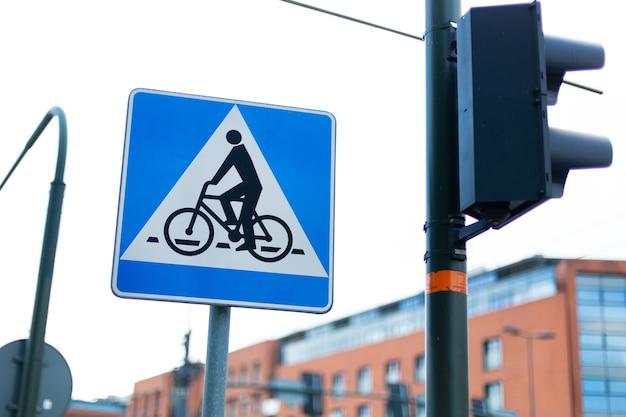 Znak Przejazdu Rowerowego Obok Sygnalizacji świetlnej Premium Zdjęcia