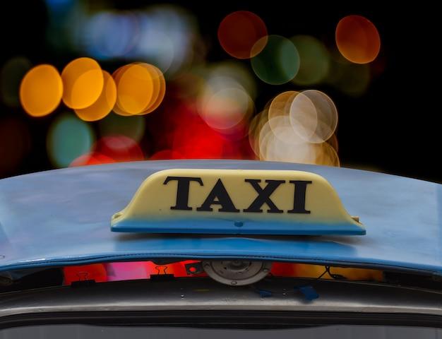 Znak taksówki w nocy. Premium Zdjęcia