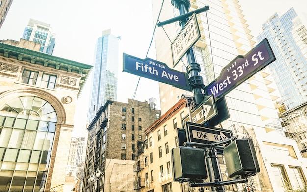Znak uliczny fifth ave i west 33rd st w nowym jorku Premium Zdjęcia