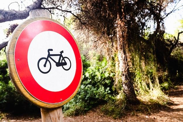Znak Zakaz Jazdy Na Rowerze, Umieszczony W Lesie. Premium Zdjęcia