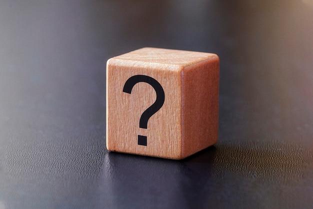 Znak zapytania na małym drewnianym bloku Premium Zdjęcia
