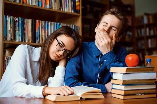 Znudzeni Uczniowie Zmęczeni Ciągłym Studiowaniem Zasnęli Podczas Pracy Nad Projektem Przez Cały Dzień Premium Zdjęcia