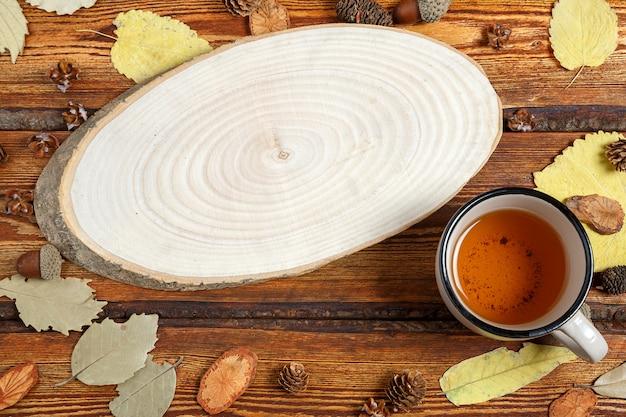 Żółci Jesień Liście I Szkło Herbata Na Ciemnym Starym Drewnianym Tle Z Pustą Przestrzenią Dla Teksta Premium Zdjęcia