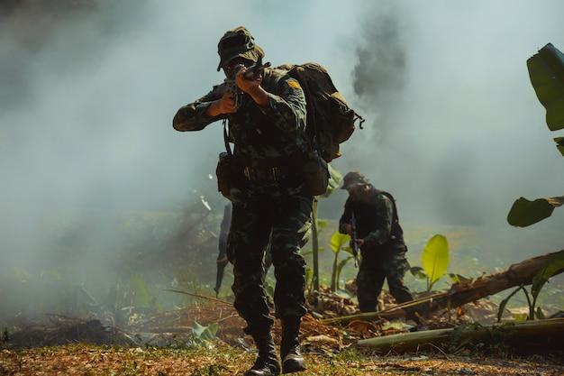 Żołnierz Armii W Mundurach Bojowych Z Karabinem Maszynowym. Premium Zdjęcia