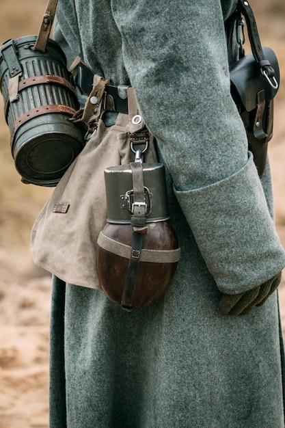 Żołnierz W Mundurze I Płaszczu Premium Zdjęcia