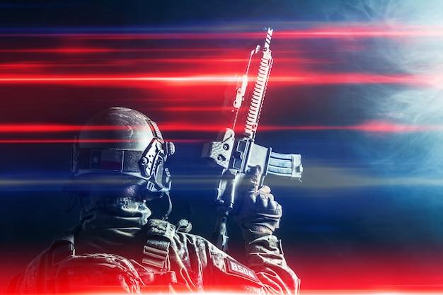 Żołnierza Sił Specjalnych Z Karabinem Na Ciemnym Tle Premium Zdjęcia