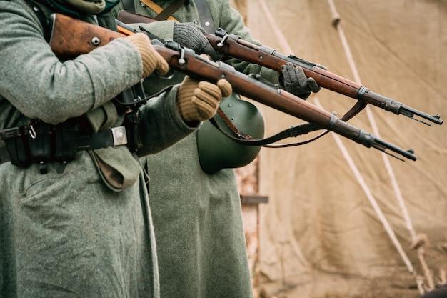 Żołnierze Wehrmachtu Z Karabinami W Rękach Premium Zdjęcia
