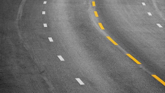 Żółta I Biała Farba Linia Na Czerń Asfalcie Premium Zdjęcia