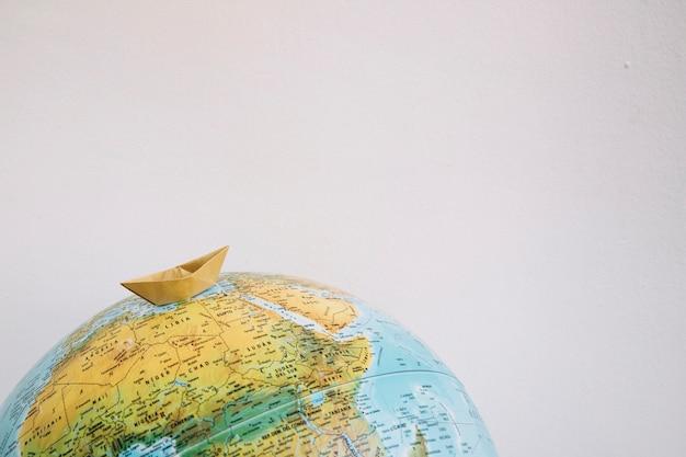 Żółta łódź Na świecie Premium Zdjęcia