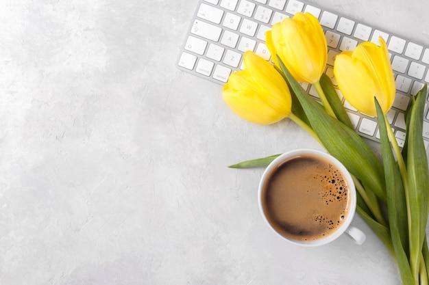 Żółta Tulipan Filiżanka Kawy I Klawiatura Premium Zdjęcia