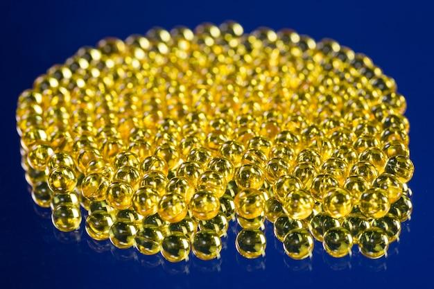 Żółte Kapsułki Medyczne Mają Lustrzaną Powierzchnię Premium Zdjęcia