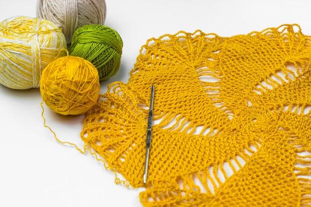 Żółte koronkowe szydełko, kulki nici i szydełko Premium Zdjęcia