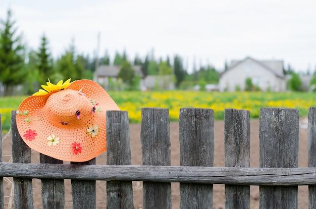 Żółte Kwiaty, Dom Wiejski. Premium Zdjęcia