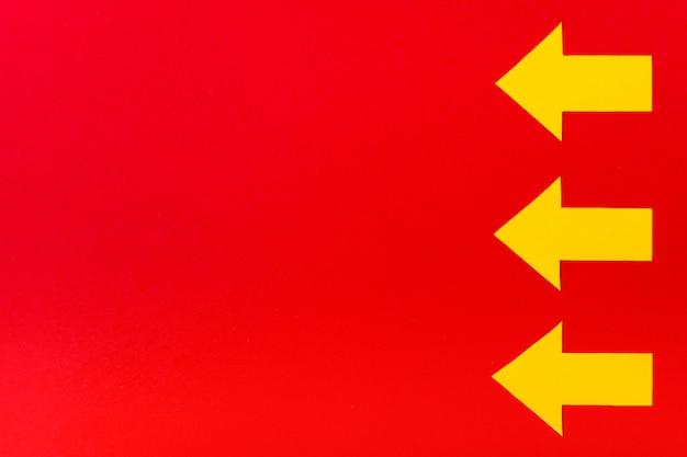 Żółte Strzała Na Czerwonym Tle Darmowe Zdjęcia
