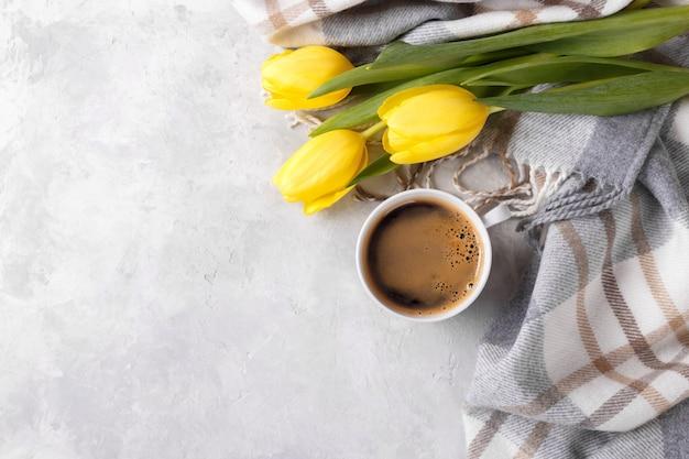 Żółte Tulipany I Filiżankę Kawy Premium Zdjęcia