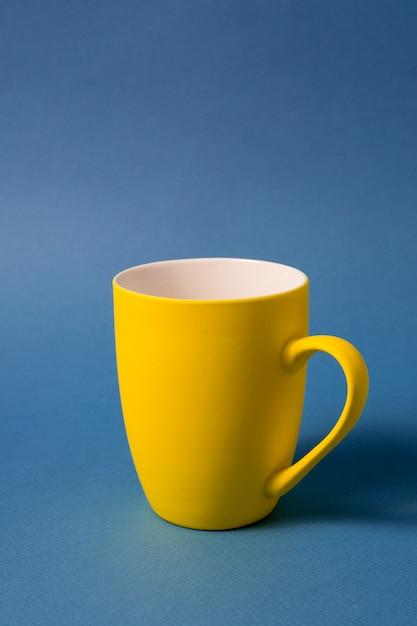 Żółty Duży Kubek Premium Zdjęcia