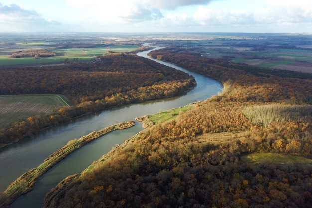 Żółty Jesienny Las I Błękitna Rzeka, Widok Z Góry, Jesienny Krajobraz Premium Zdjęcia