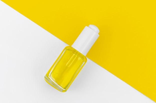 Żółty lakier do paznokci na białym i żółtym tle Darmowe Zdjęcia