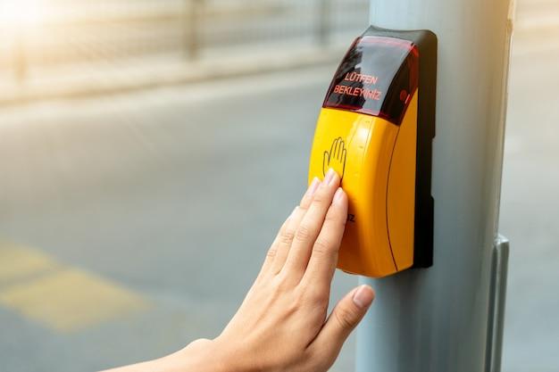 Żółty Metalowy Przycisk Przejścia Dla Pieszych Sygnalizujący Przejście Dla Pieszych Dla Przepisów Ruchu Drogowego W Europie. Premium Zdjęcia