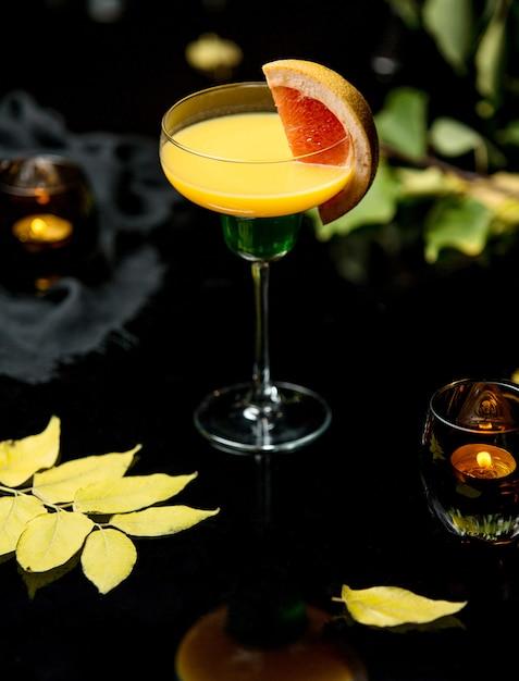 Żółty napój z plasterkiem grejpfruta Darmowe Zdjęcia