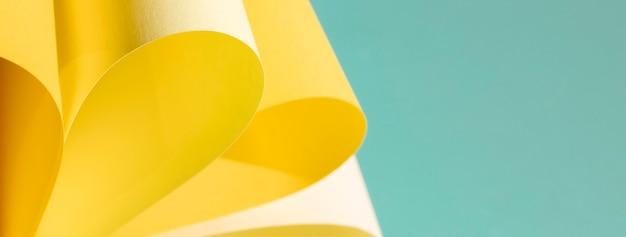 Żółty Papier Krzywa Na Niebieskim Tle Darmowe Zdjęcia