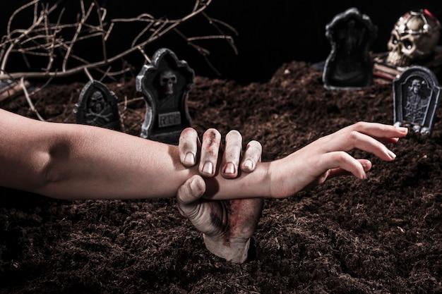 Zombie Dłoń Trzymająca Ramię Osoba Na Cmentarzu Halloween Darmowe Zdjęcia